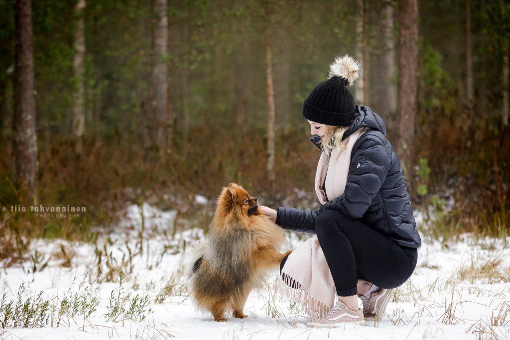 Pomeranian-uros Fidon ja tämän omistajan yhteiskuva Sonninmäen luontopolulla, Hyvinkäällä