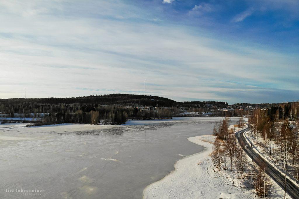 Dronekuva Keski-Suomesta Jyväskylästä - talvimaisemaa järven rannalta