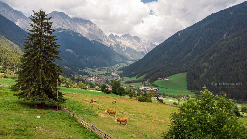 Dronekuva Antholzin alppimaisemasta Etelä-Tirolista, Italiasta kesältä 2019