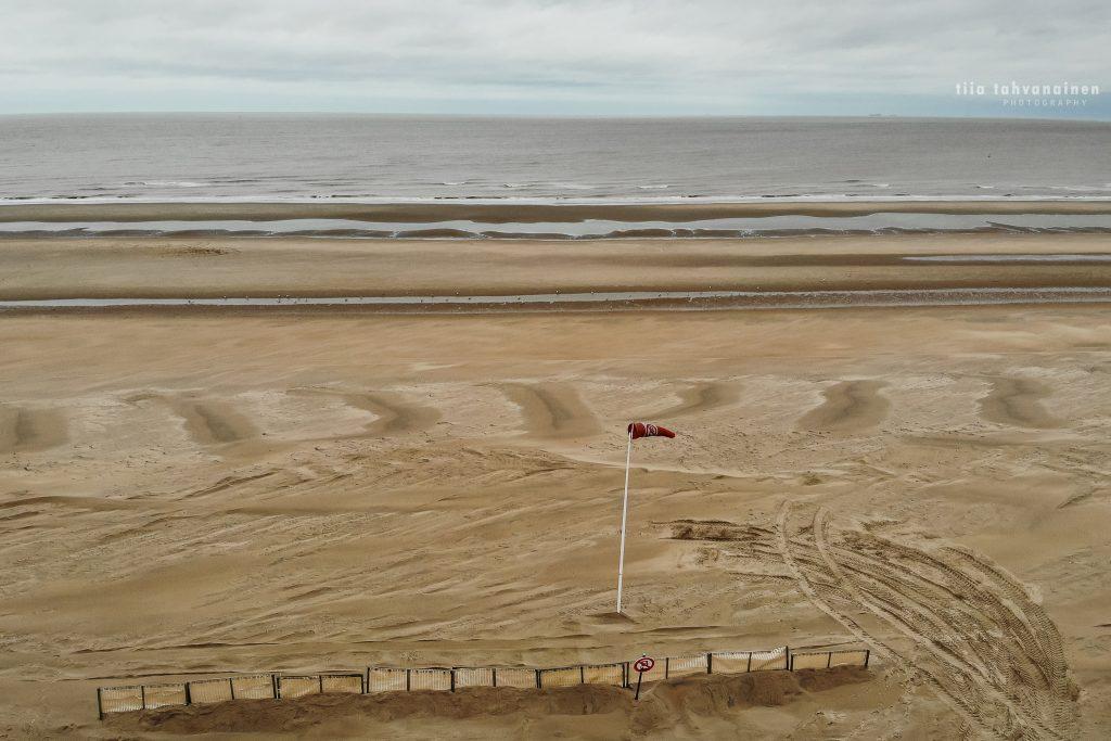 Dronekuva De Haanin hiekkarannalta pilvisellä säällä Alankomaissa 2019