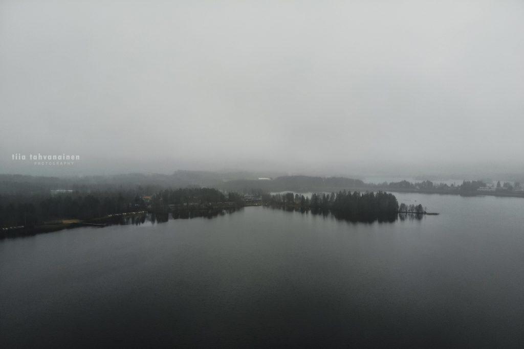 Dronekuva Keski-Suomesta, sumuinen järvimaisema