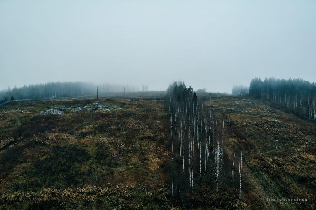 Dronekuva Keski-Suomesta, Muuramen Riihivuoresta - sumuiset laskettelurinteet