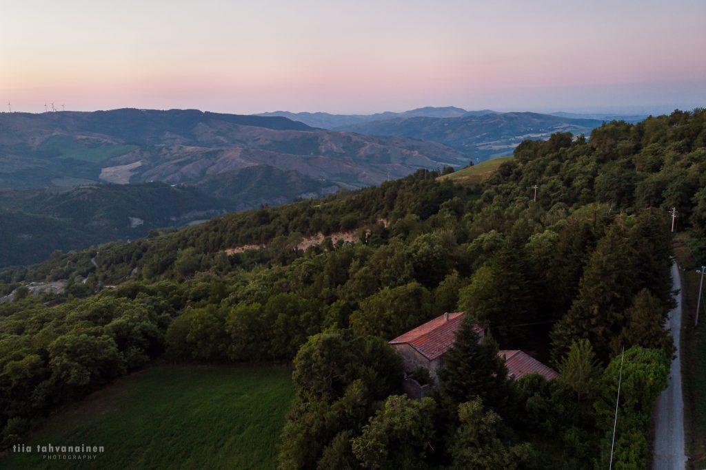 Dronekuva Italiasta, Toscanasta - auringonlaskukuvaa Piancaldolista