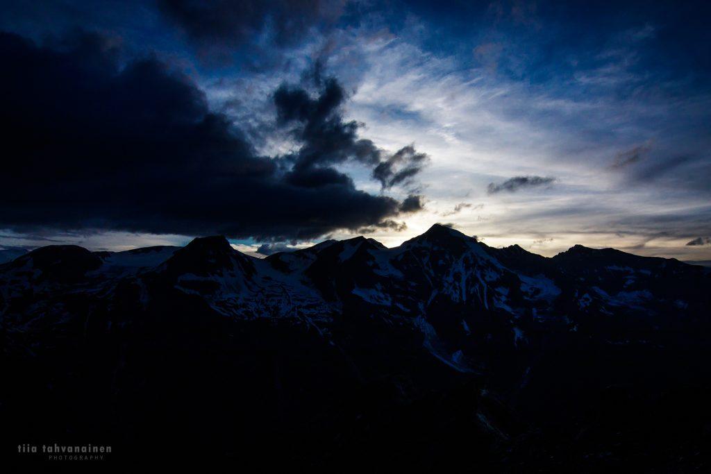 Auringonlaskukuva Itävallan alpeilta, Edelweisspitzen huipulta kuvattuna kohti Grossglockneria kesäkuussa 2018