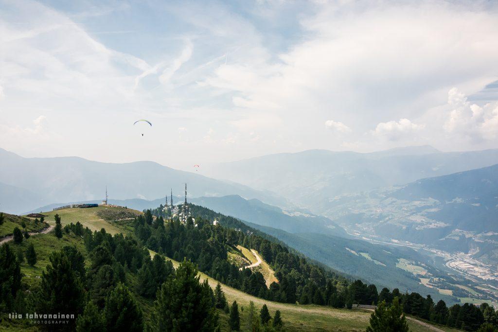 Riippuliitäjiä ja vuorimaisemaa Etelä-Tirolin Alpeilta, Plosen vaellusreitin varrelta vuorten jäädessä horisonttiin Italiassa