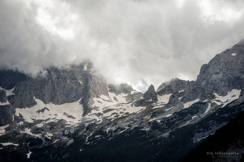 Lumihuippuisia sumuisia vuoria Slovenian alpeilta 2018