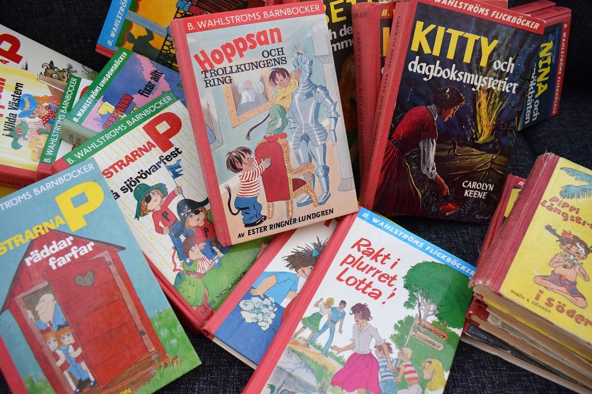 En hög med Wahlströms barn- och ungdomsböcker.