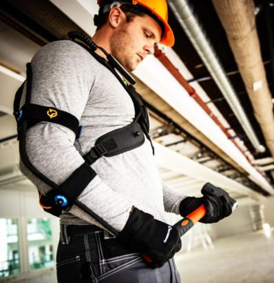 Arbetare med exoskelett