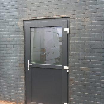plaatsen van deur in pvc