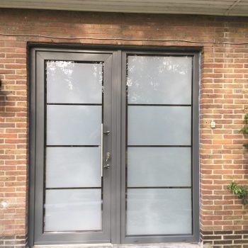 plaatsen van voordeur in pvc
