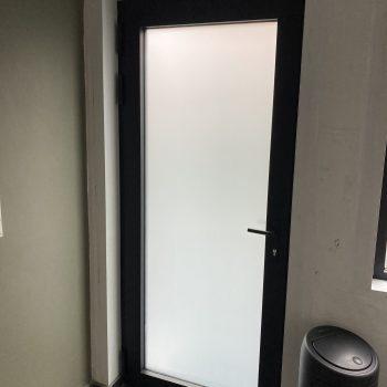 vervangen van buitenschrijnwerk in alu afwerking binnenzijde deur