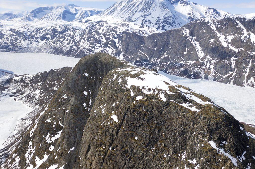 Toppen på ryggen av Knutshøe med Besshøe bak.