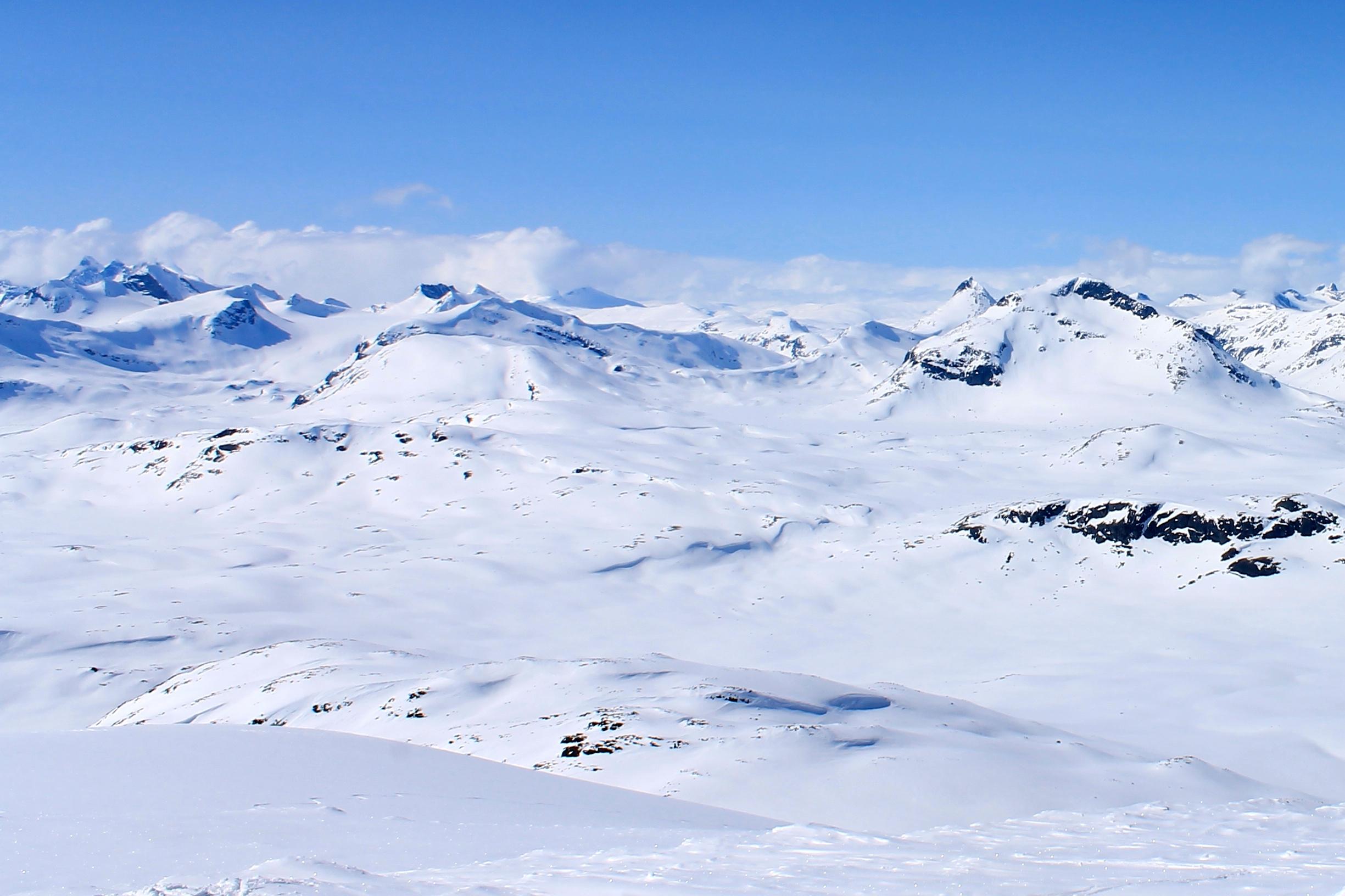 Vinterløypen fra Eidsbugarden til Olavsbu går gjennom dette flotte landskapet og inn bak Snøholstinden og Mjølkedalstinden til høyre.
