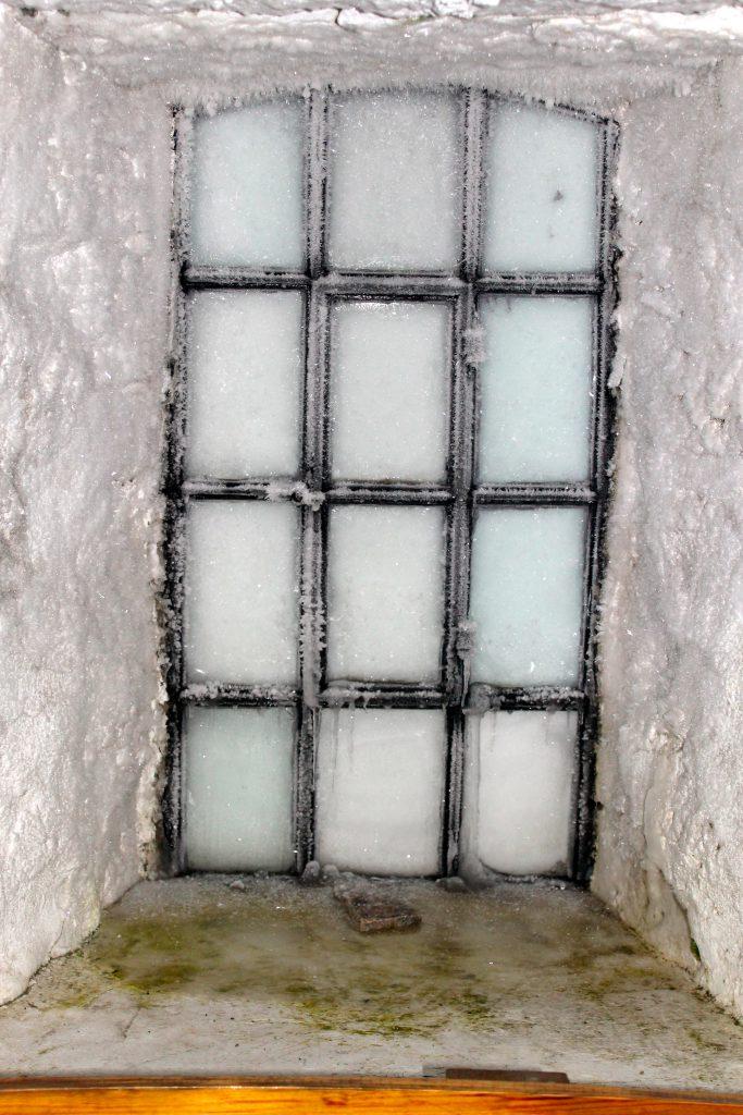 Det er -40 grader og isen står inn vinduet i Skålatårnet.