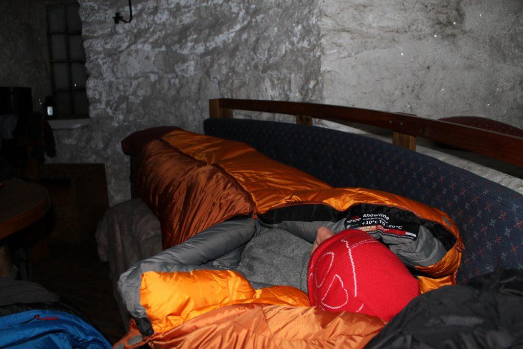 Fyringsvakt må til for å holde varmen en kald vinternatt i Skålatårnet.
