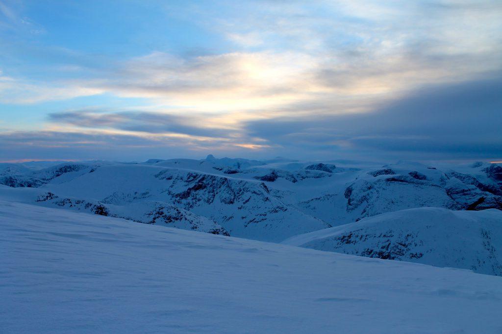 Utsikt mot Jostedalsbreen og Lodalskåpa.