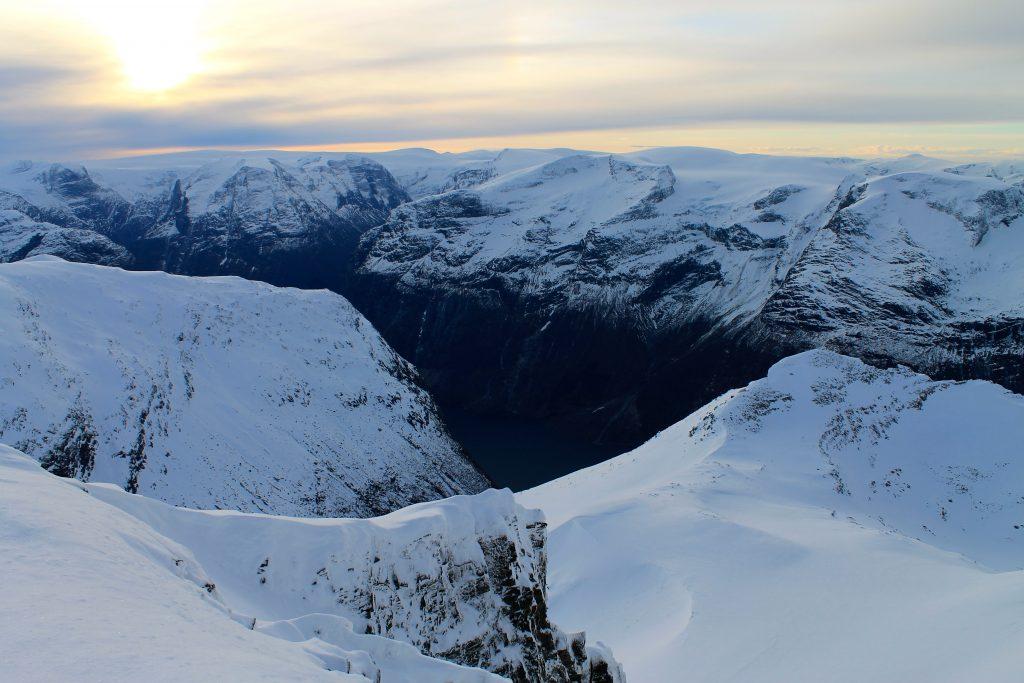 Utsikt fra Slåla mot de stupbratte fjellsidene ned mot Lovatnet og Ramnefjellet, kjent for sine katastrofale ras.