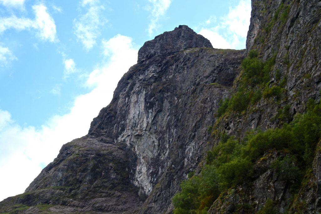 Det er stupbratt fra Bakkanosi og ned til bygden Bakka, som ligger ved foten av fjellet.