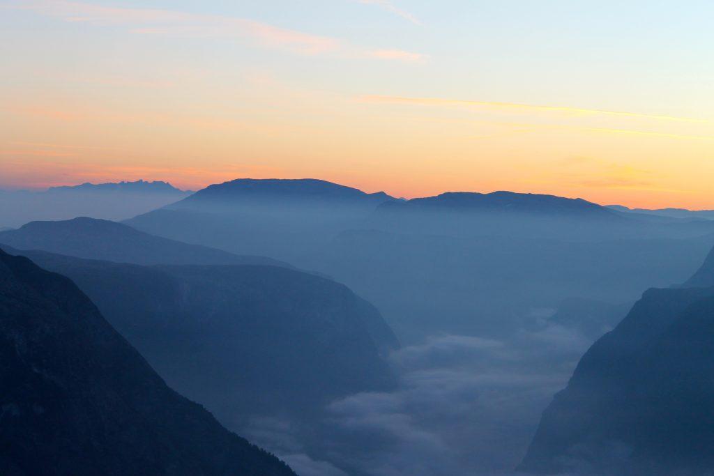 Morgenskumring over Nærøyfjorden er et fantastisk skue fra Bakkanosi.