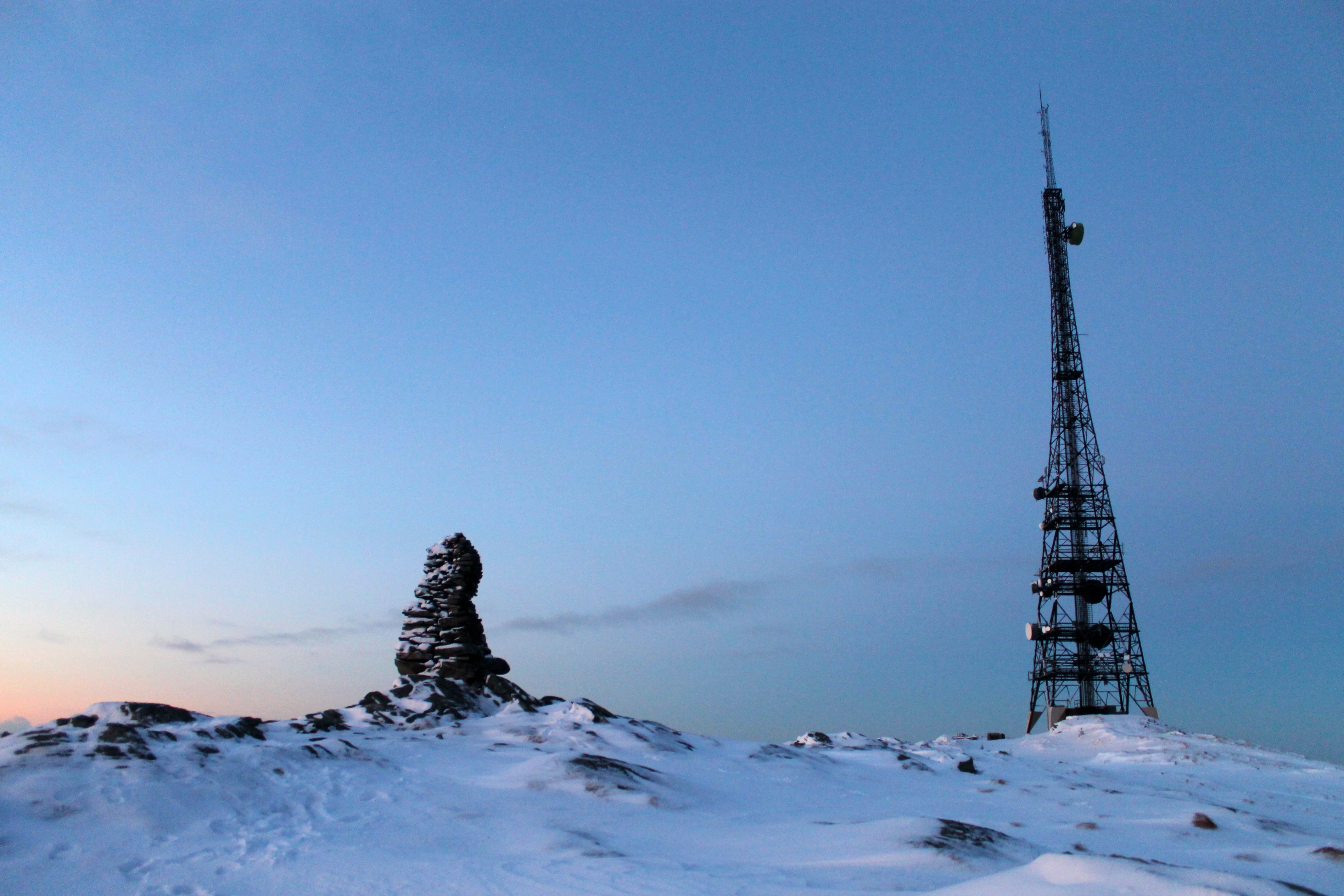 Toppvarden på Rundemanen (568 moh). Her er også reist en mast på 106 m.