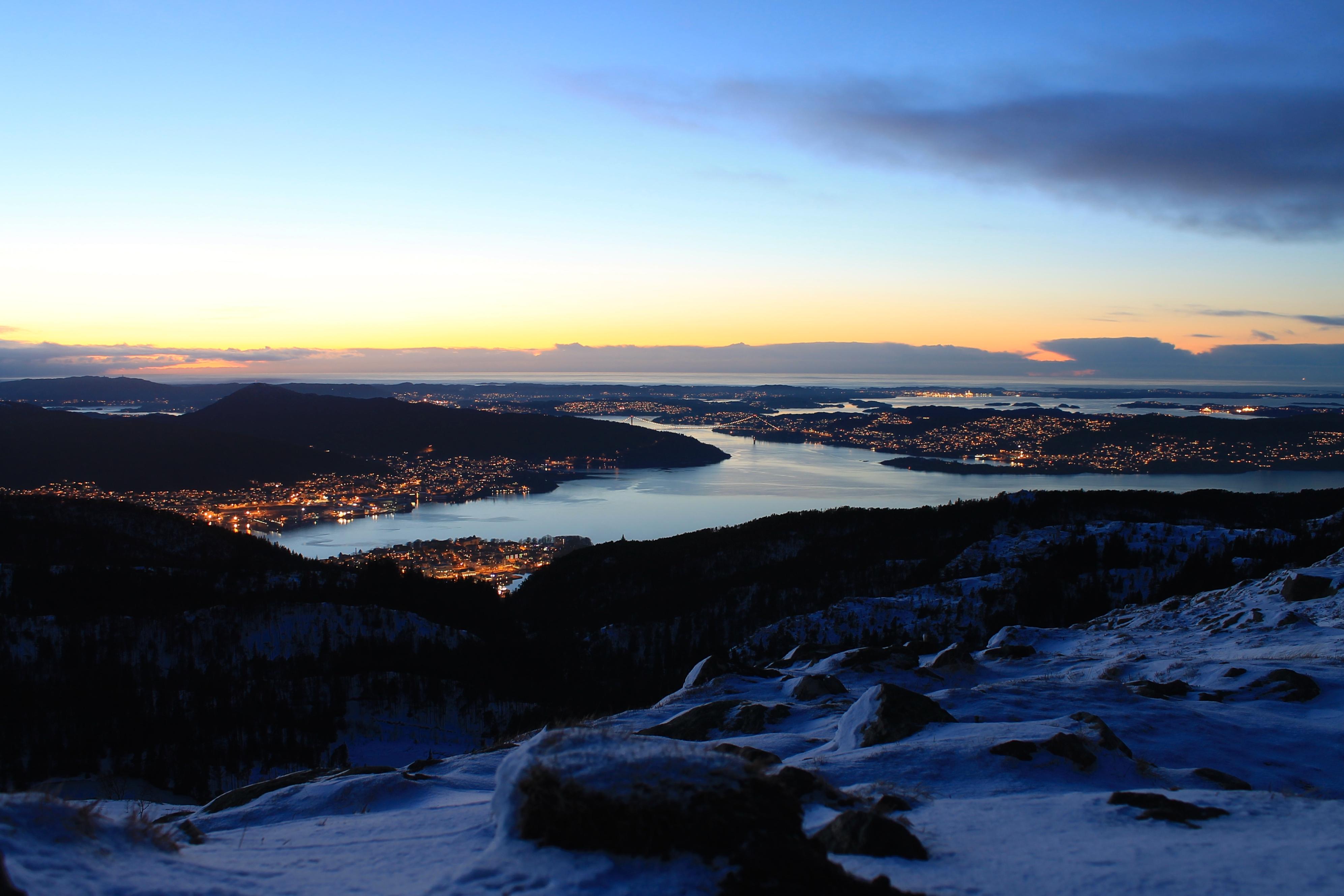 Flott kveldsstemning på Rundemanen, med utsikt vestover mot Sentrum, Askøy, Sotra og Nordsjøen.