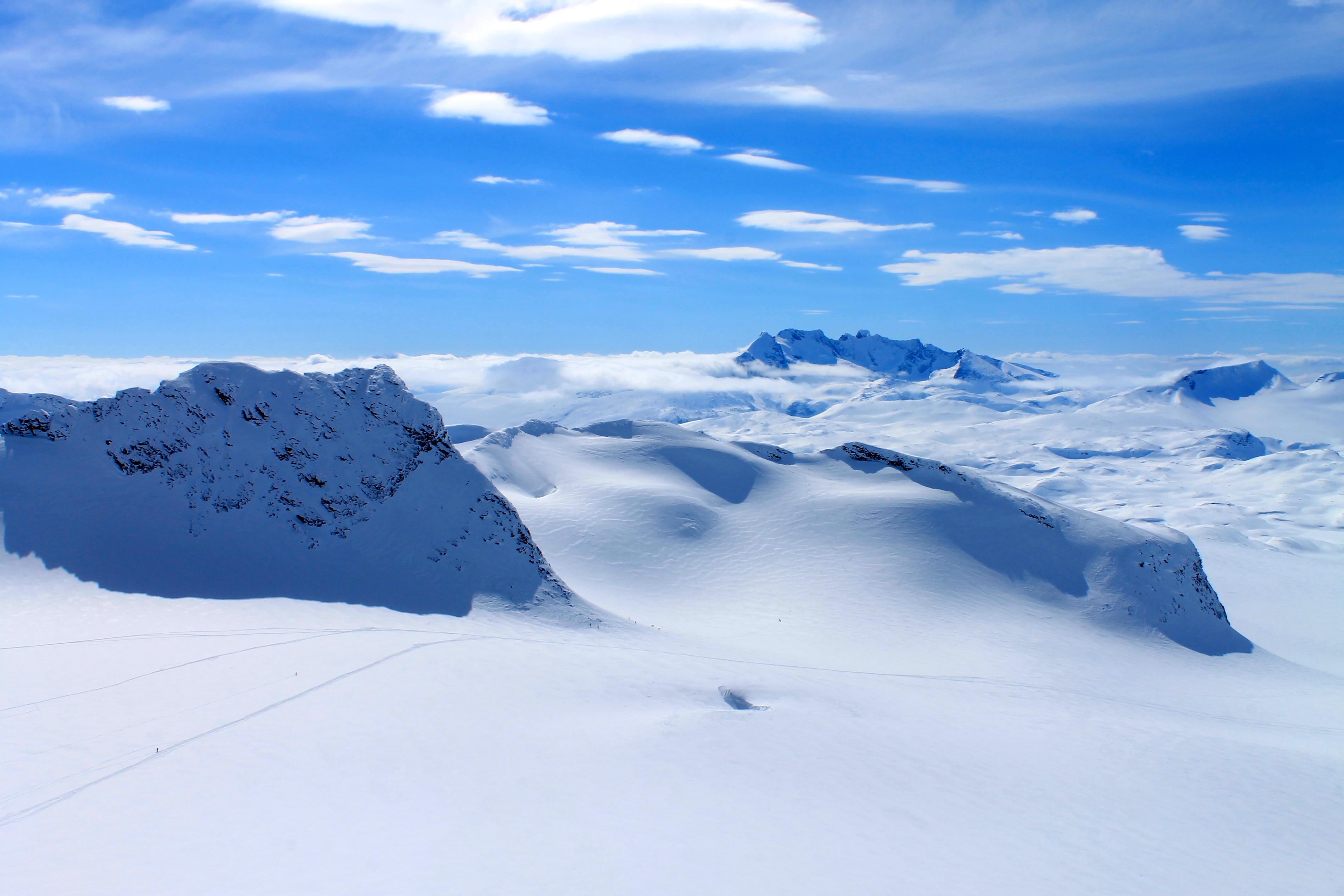 Kalven (2.034 moh) sett fra Kniven (2.133 moh).