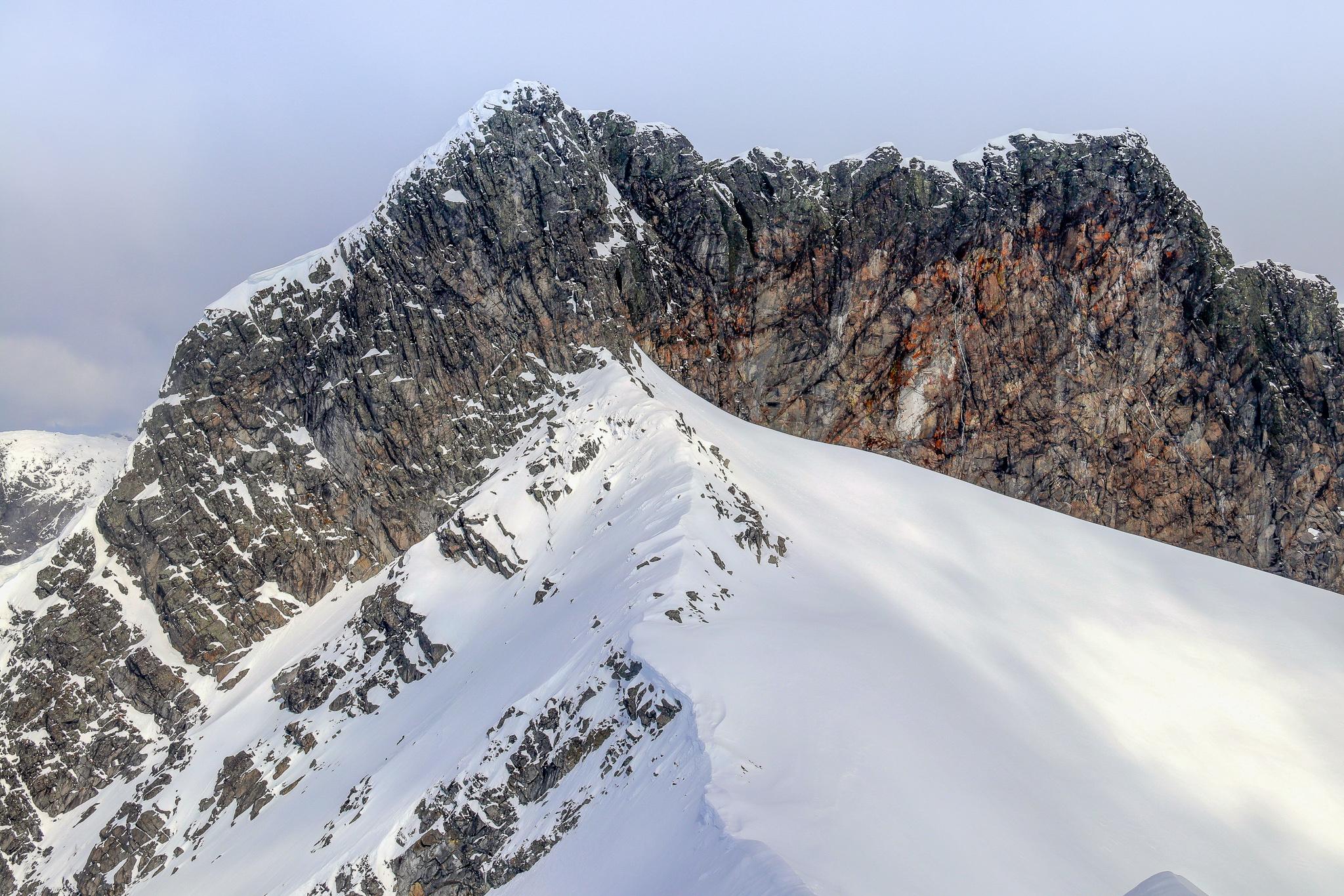 Skeies sørvestvendte side med klatreruten opp til toppen sett fra Kalven.