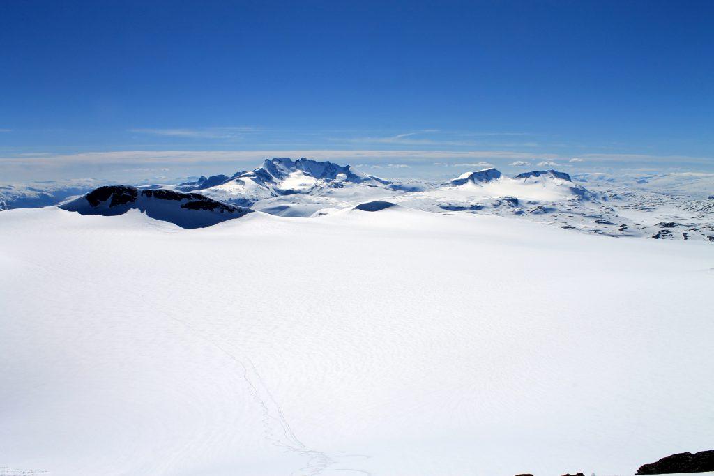 Smørstabbrean er Jotunheimens største bre og et vakkert skue. Her med Hurrungane og Fannaråken i bakgrunnen.