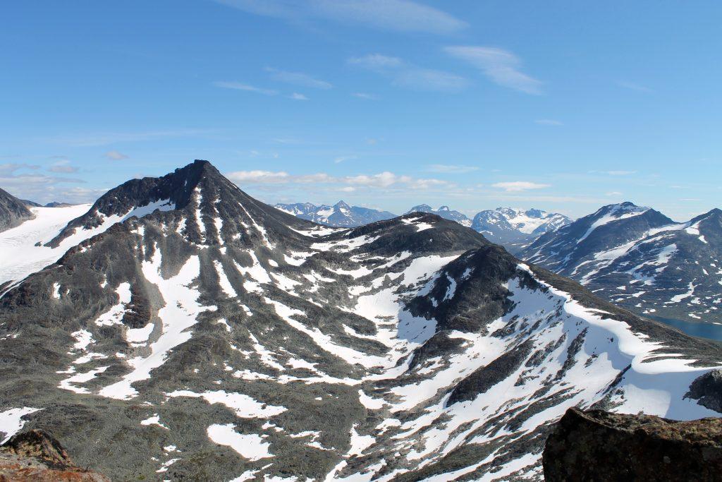 Visbretinden og Kyrkjeoksle med Langvasshøe sett fra toppen av Kyrkja.