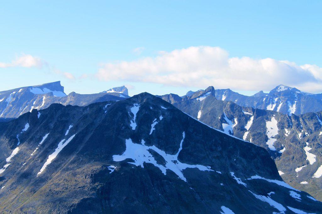 Tverrbytthornet (2.102 moh) med Bukkholstindane og Galdhøpiggen bak. Her sett fra Langvasshøe.