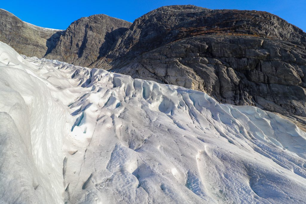 Et taulag på vei opp Nigardsbreens nedre del.