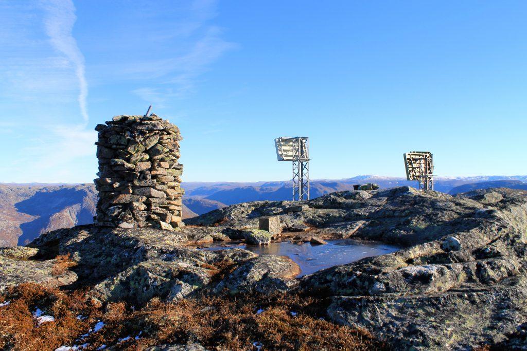 På toppen av Øktarnuten er en varde og en installasjon med master.