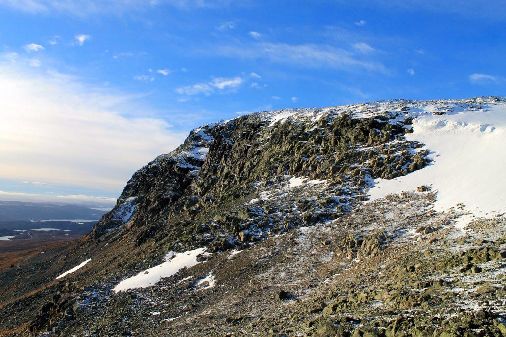 Prestholtskardet og ryggen av Hallingskarvet opp til Prestholtskarvet (1.859 moh).