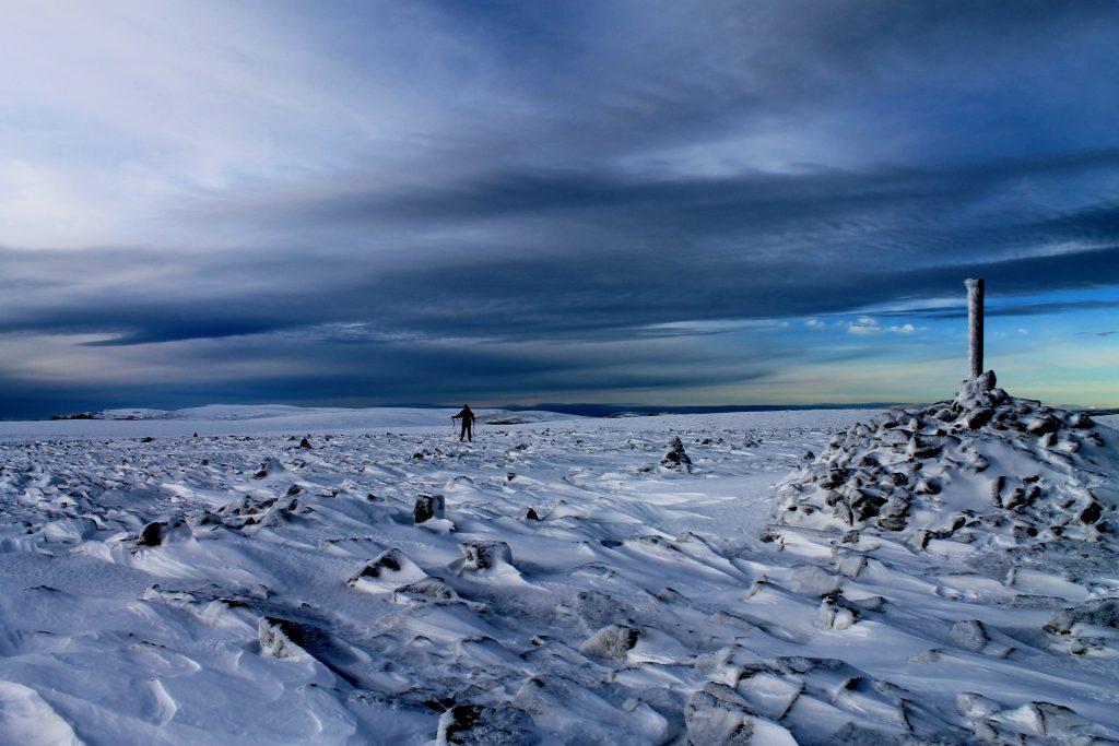 På ryggen av Hallingskarvet ved Prestholtskarvet (1.859 moh).