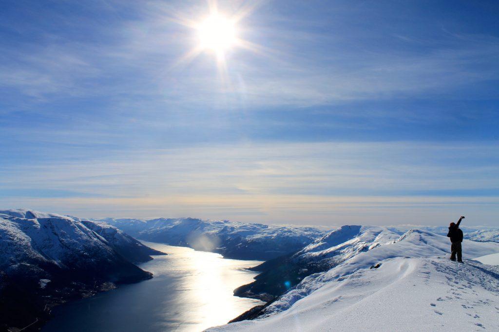 Selfie med utsikt fra toppen av Midtfjell i Hardanger.
