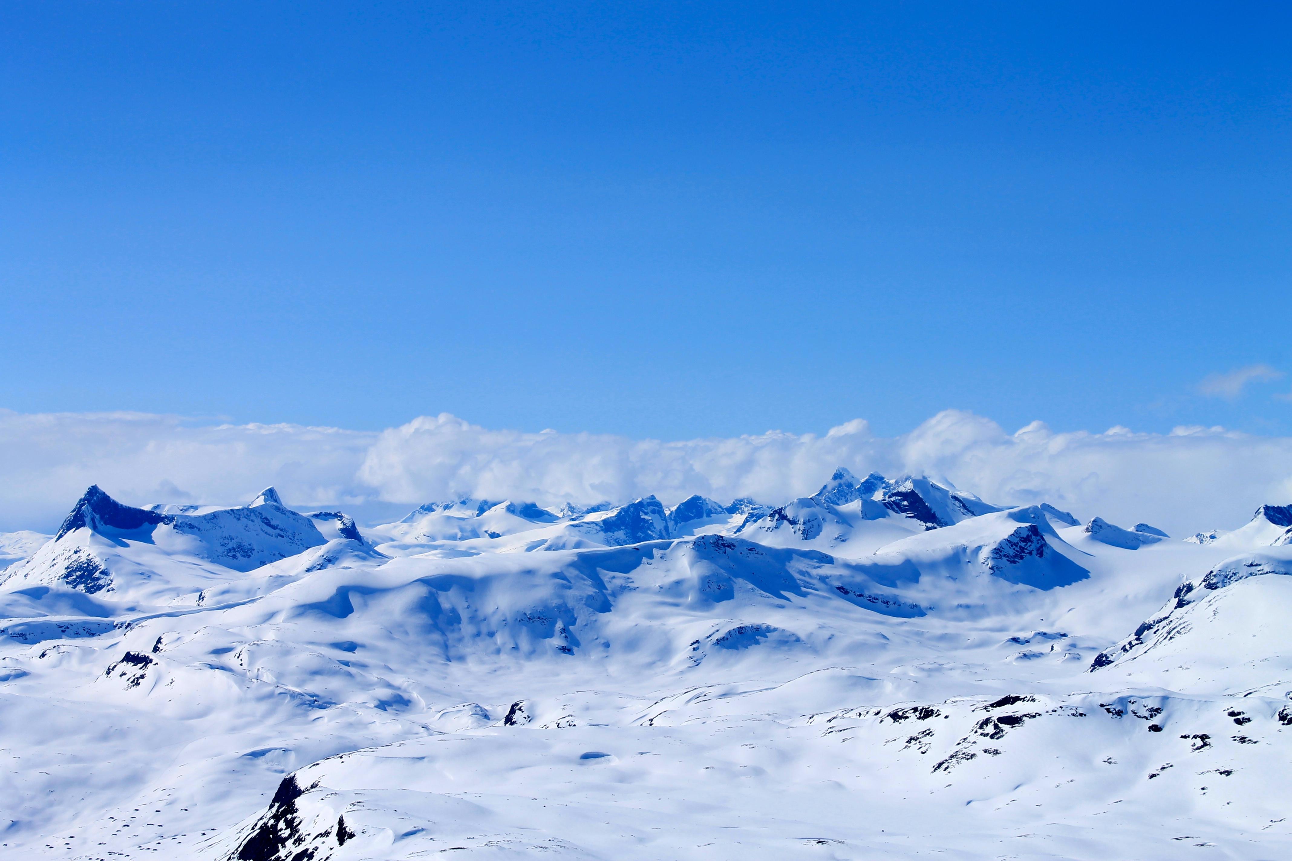 Langeskavlen i Jotunheimen er den lange fjellryggen midt i bildet som leder frem mot Langeskavltind (2.014 moh) til høyre.