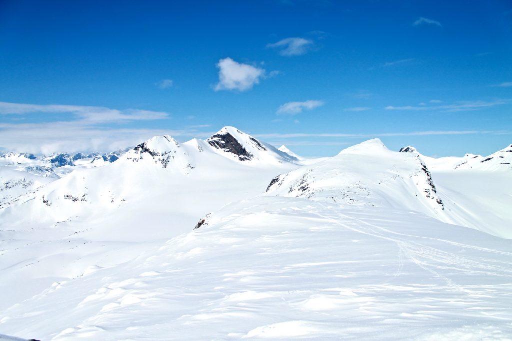 Langs ryggen av Langeskavlen mot Langeskavltinden (2.014 moh).
