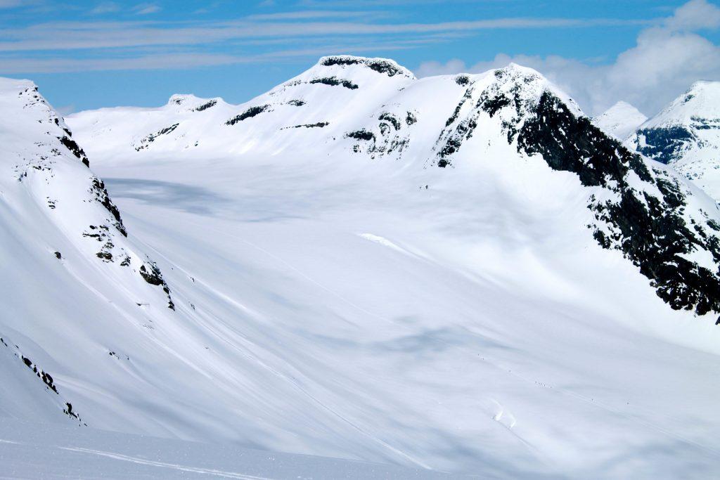 Langeskavlen er omgitt av breer. Her ser vi ned mot Mjølkedalsbreen der mange er på vei mot Uranostinden.