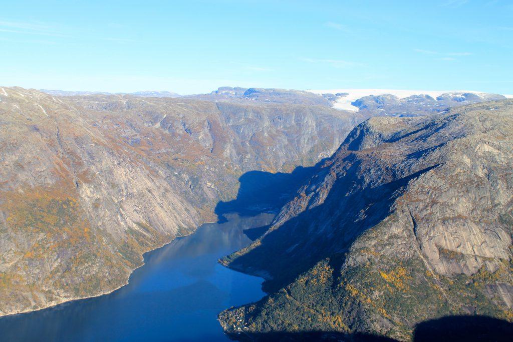 Utsikt mot Simafjorden og Hardangerjøkulen fra Øktarnuten i Eidfjord.