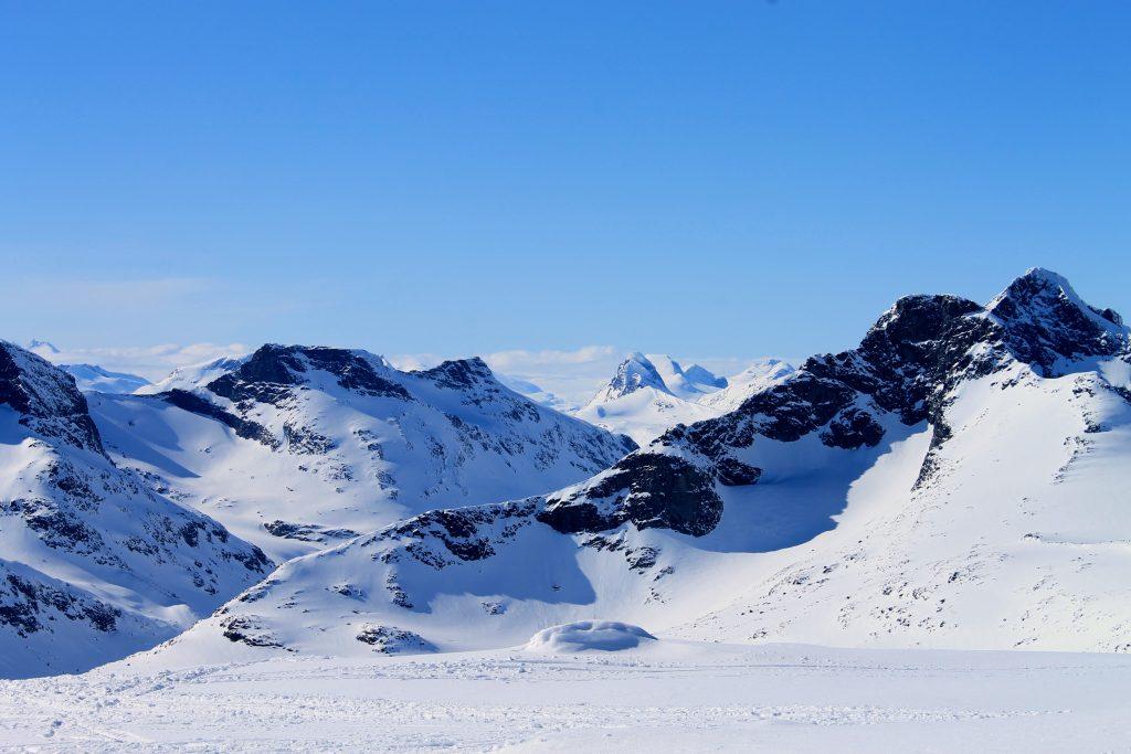 Ustikt fra Austre Kalvehøgde mot den kvasse fjellryggen Store Rauddalseggje.