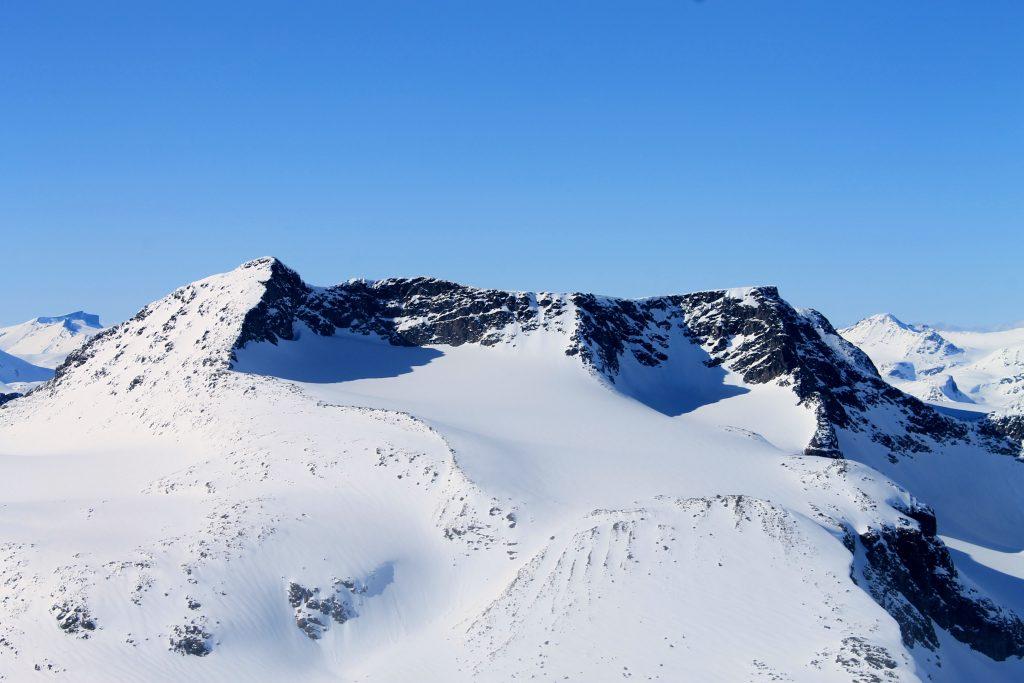 Austre Leirungstinden og Skarvflyloyftinden sett fra toppen av Austre Kalvehøgde.
