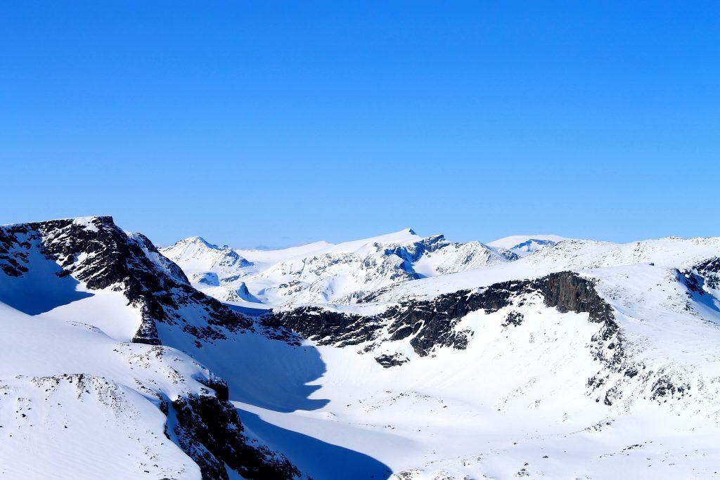 Utsikt nordover mot Surtningssue og Memurubrean fra toppen av Austre Kalvehøgde.