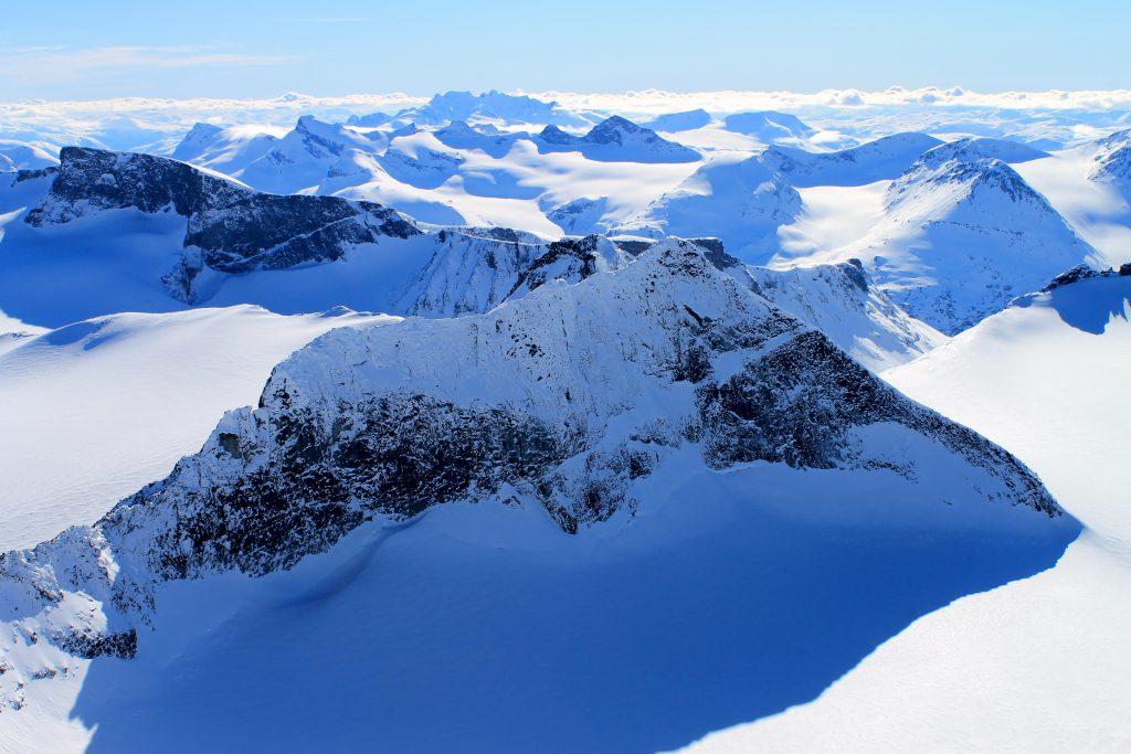 Galdhøpiggen (2.469 moh). Utsikt fra toppen, vestover mot Smørstabbtindan og Hurrungane.