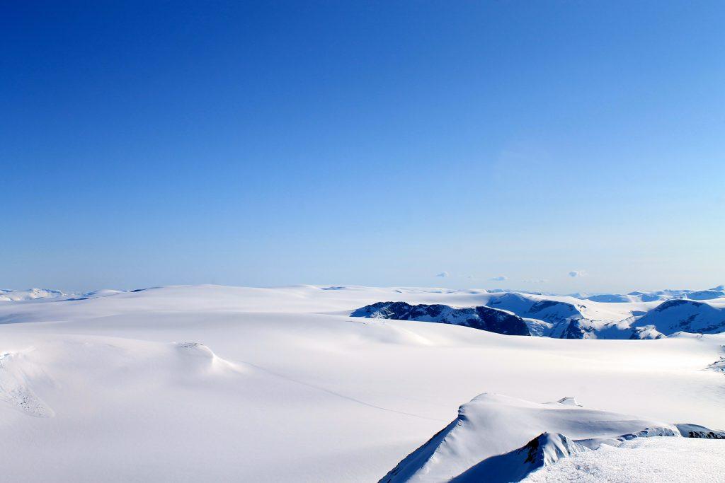 Utsikt sør over den langstrakte Jostedalsbreen sett fra Lodalskåpa (.2082 moh).