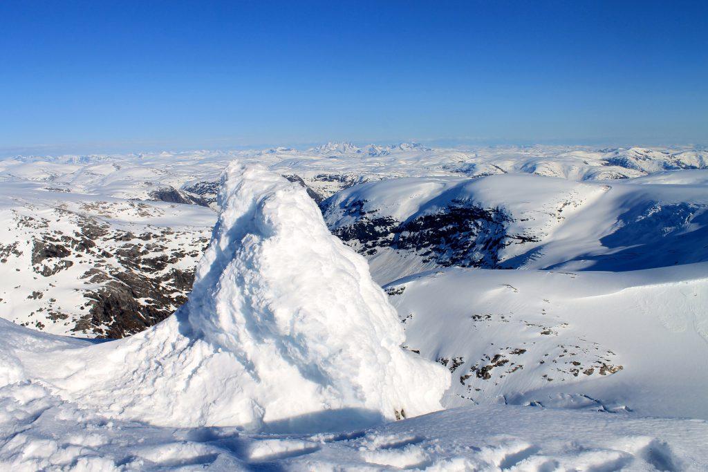 Toppvarden med Jotunheimen i bakgrunnen.