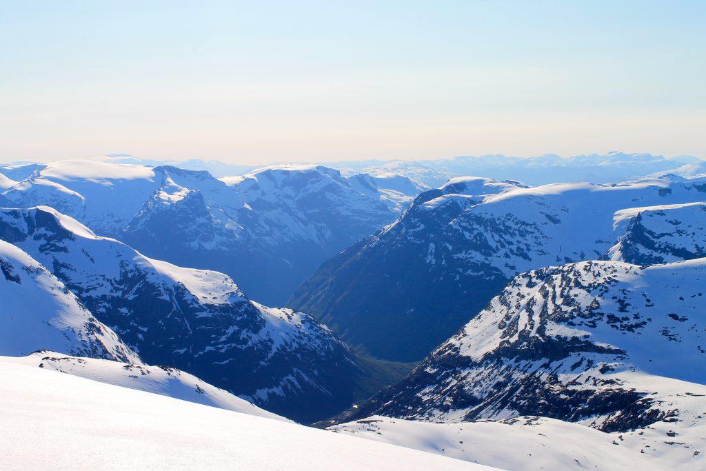 Utsikt ned mot Bødalen og Loen.