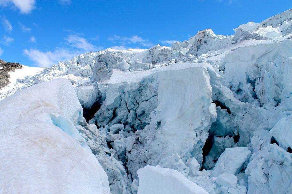 Bødalsbreen er en spennende og flott bre, med mye oppsprukket is.