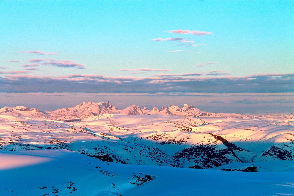 Fra Brenibba på Jostedalsbreen er det flott utsikt mot Hurrungane og Jotunheimen.