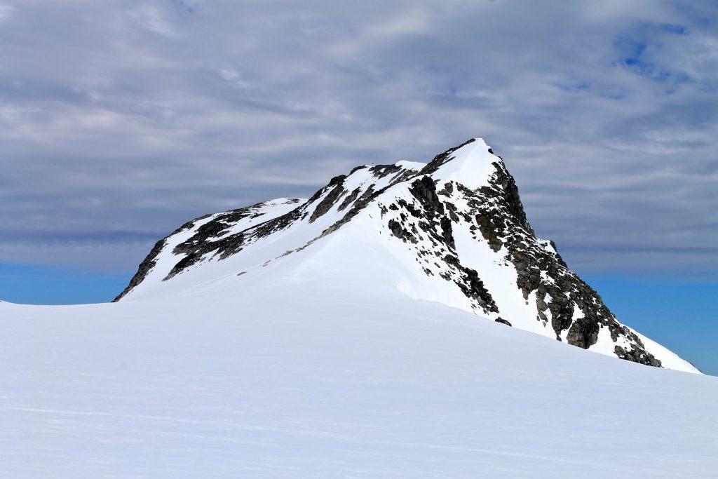 Kjenndalskruna stikker opp ved brekanten av Jostedalsbreen.