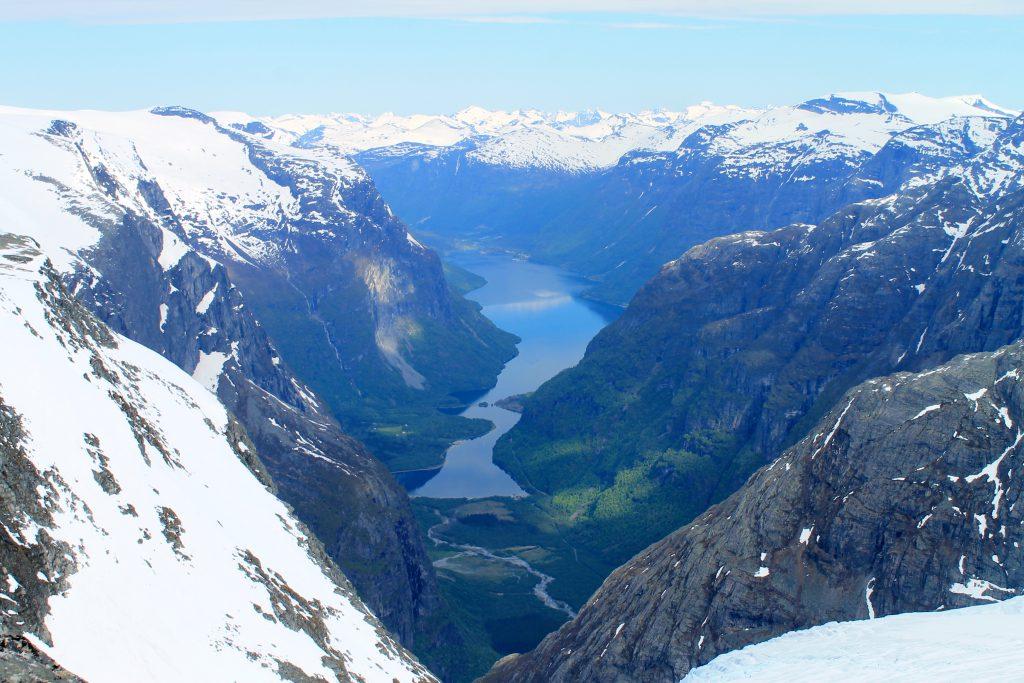 Utsikten fra Kjendalskruna mot Kjenndalen og Loen.